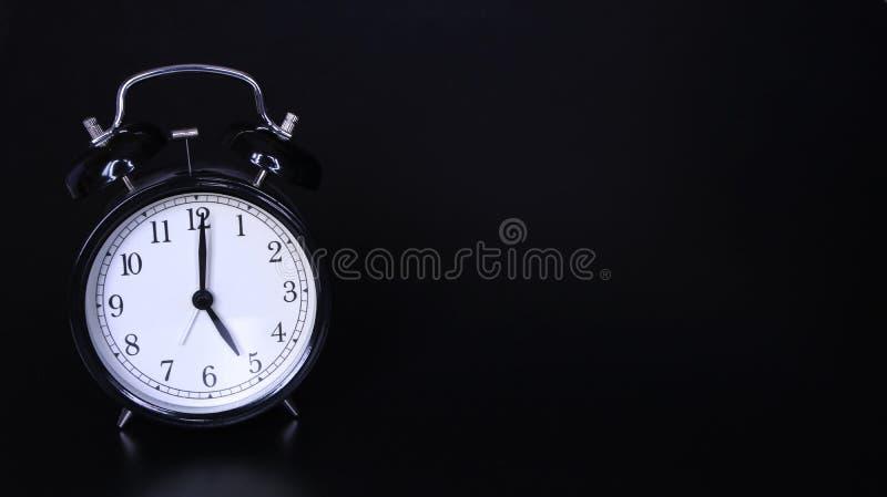 老黑葡萄酒闹钟的接近的图象 时钟五o 免版税库存图片