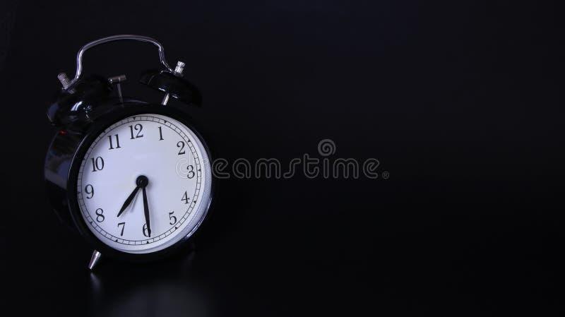 老黑葡萄酒闹钟的接近的图象 7点和三十分钟 库存图片