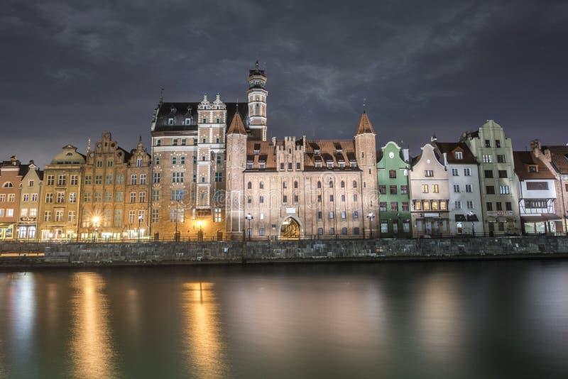 老镇和Motlawa河在晚上在格但斯克,波兰,欧洲 免版税库存图片