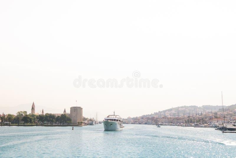老镇特罗吉尔和有港口的Ciovo海岛的全景照片 免版税库存图片