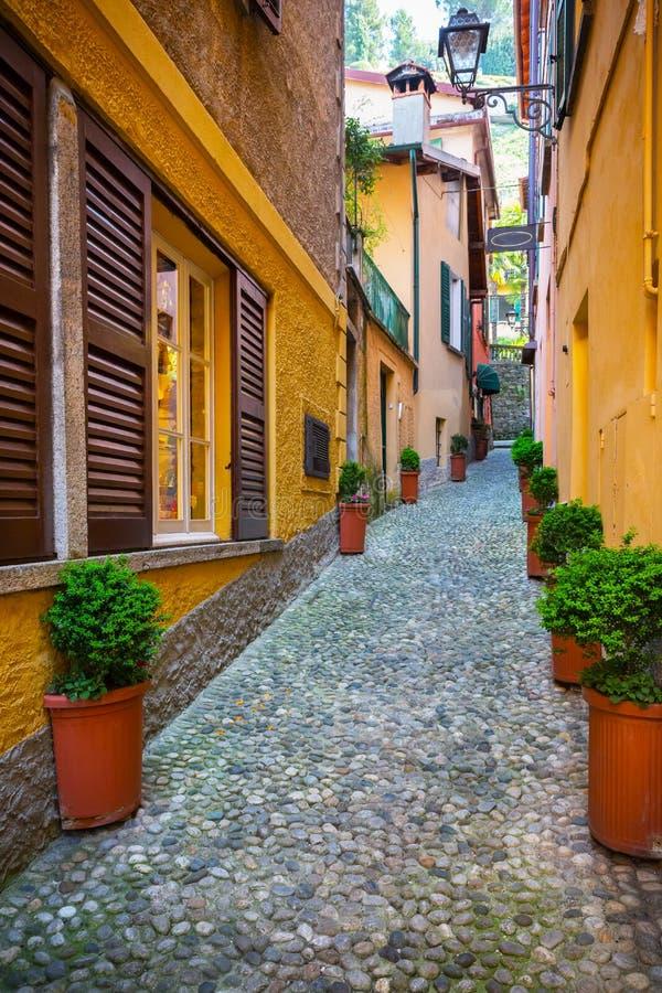 老镇街道在贝拉焦,Como湖,意大利 免版税图库摄影