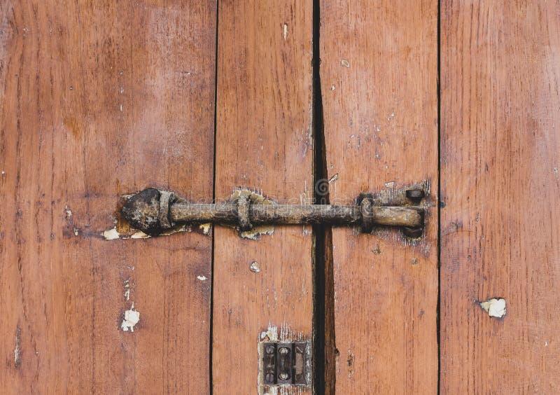老锁着的挂锁生锈在门木门板条褐色背景 库存图片