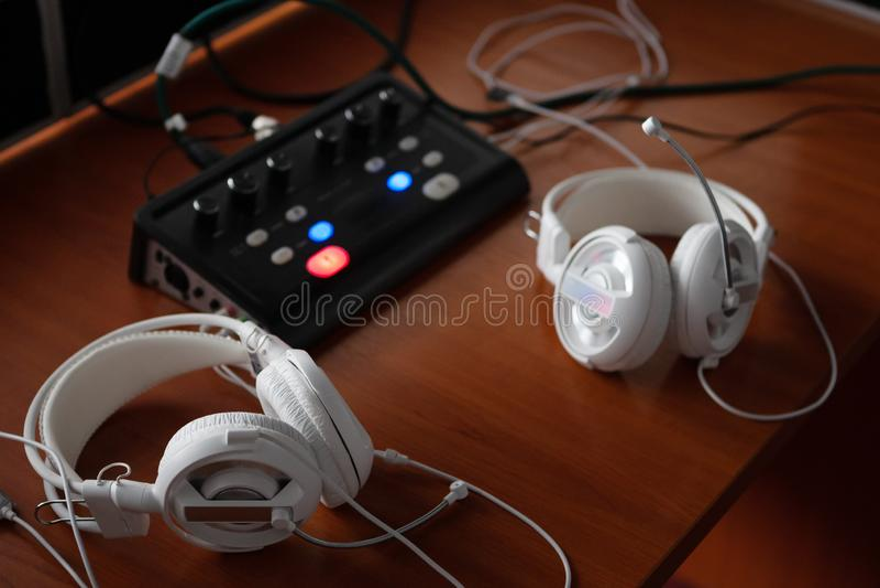 耳机和音频搅拌器设备同时翻译的 有专业录音和tran的译者工作场所 图库摄影