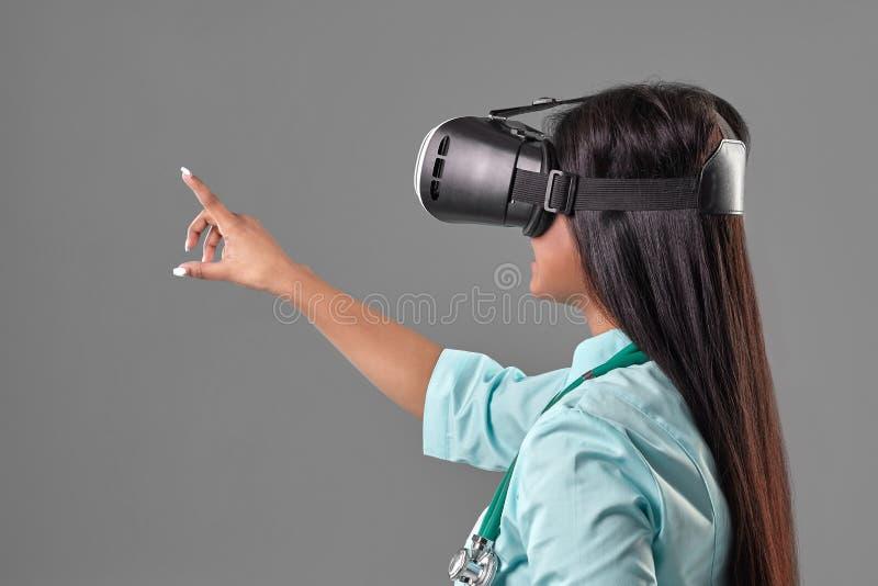 虚拟现实玻璃的年轻可爱的医生 图库摄影