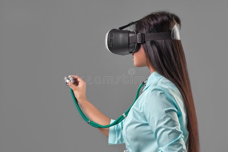 虚拟现实玻璃的年轻可爱的医生 库存图片