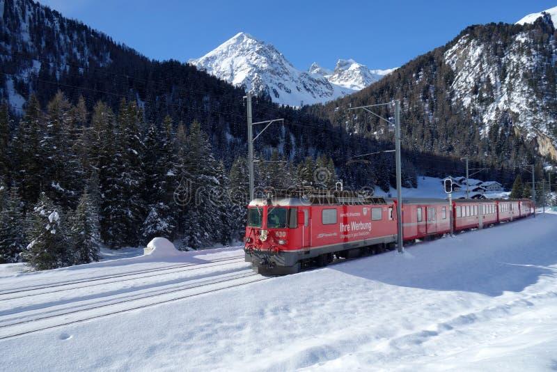 贝尔尼纳快车通过瑞士阿尔卑斯山脉 库存图片