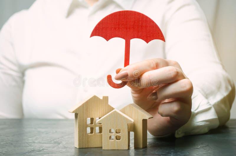 财产保险概念 家庭保护 安置支持 保险代理公司服务 安全和安全 微型木 免版税库存照片