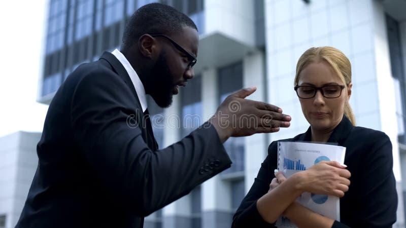 责骂坏工作结果的严密的上司下级在重要会议以后 库存图片