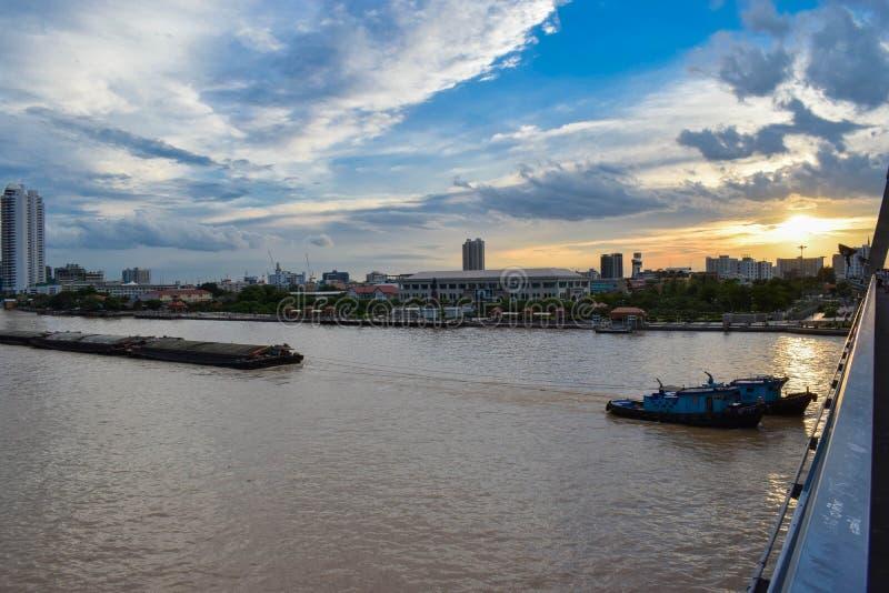 货船是在是在首都附近的昭拍耶河看的其中一事物,曼谷 免版税图库摄影