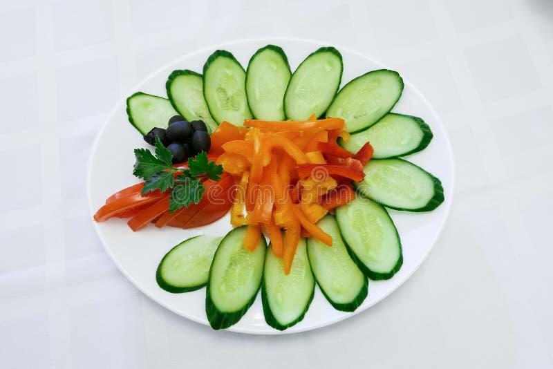 蔬菜沙拉和新鲜的黄瓜在碗 制表设置 库存图片