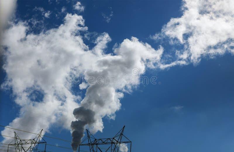 蒸在天空蔚蓝的热电厂冷却塔 库存照片