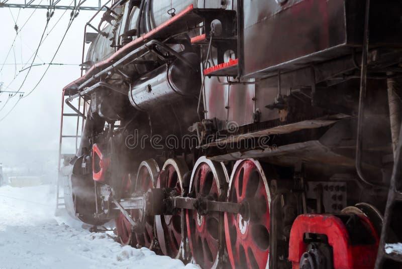 蒸汽机车轮子的特写镜头有阀门齿轮的 免版税库存图片