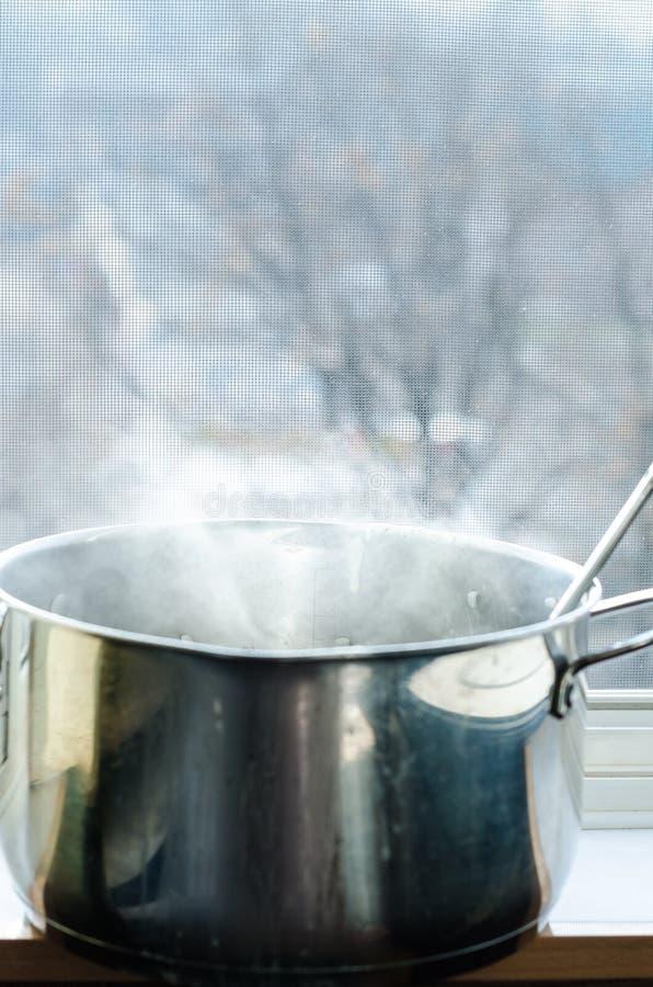 蒸汽是出去厨房罐 免版税库存照片