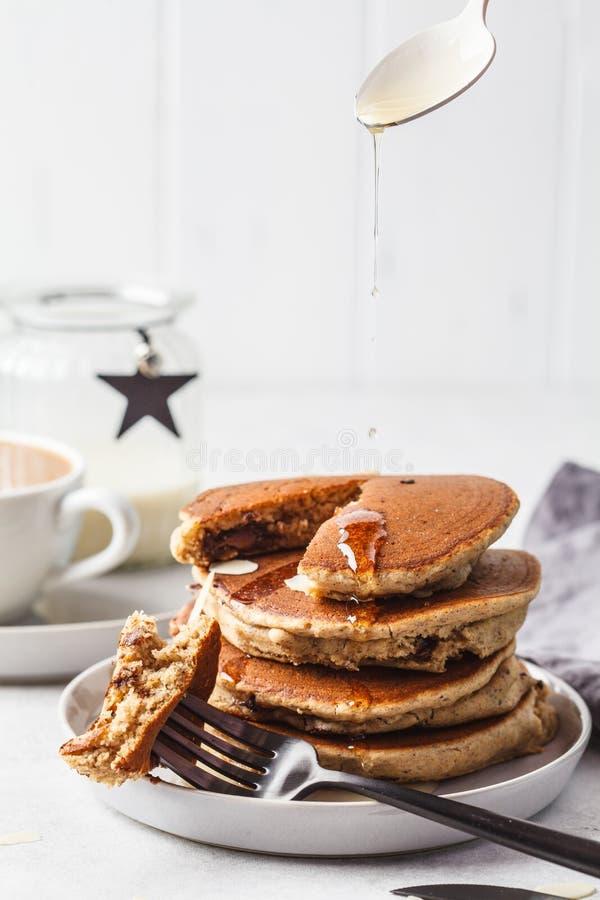 薄煎饼充塞了在灰色板材的巧克力用咖啡早餐 库存图片