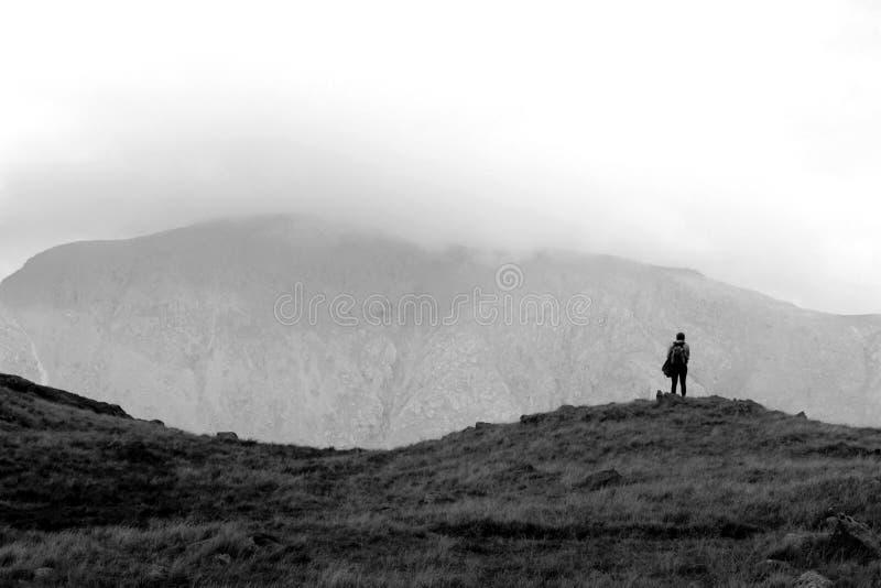 È caduto il camminatore esamina la valle fotografia stock
