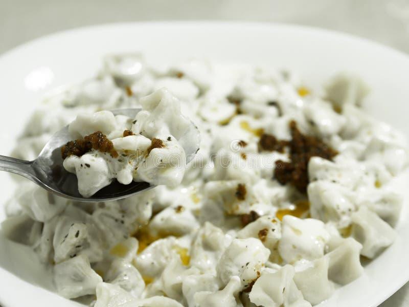 """È servito in piatto bianco, piatto turco """"di manti """"dei ravioli ha fatto con pasta immagini stock libere da diritti"""