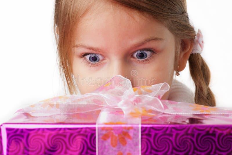 È sorpresa da un pacchetto del regalo fotografia stock libera da diritti