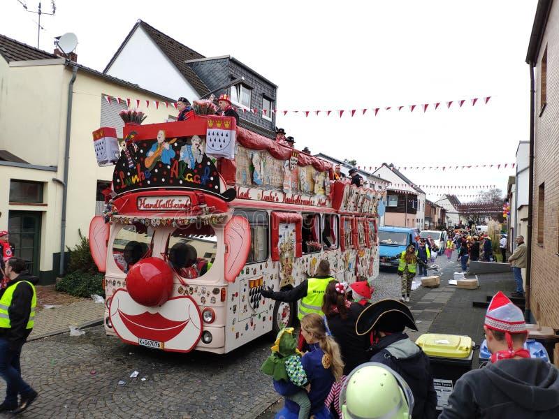 È un bus o un pagliaccio gigante? fotografie stock