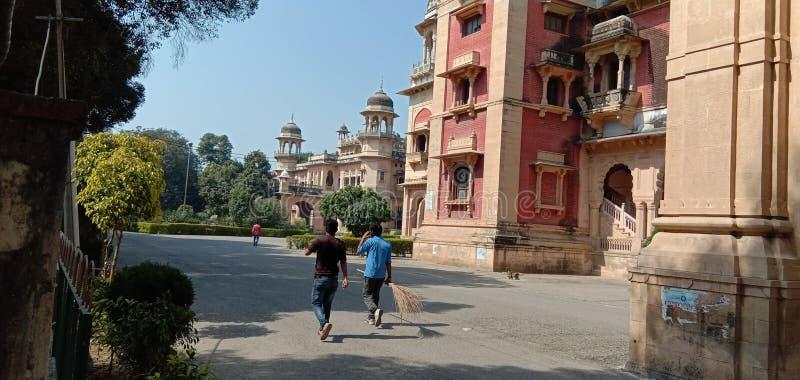 è un'immagine della gente che costruisce Allahabad in India fotografia stock
