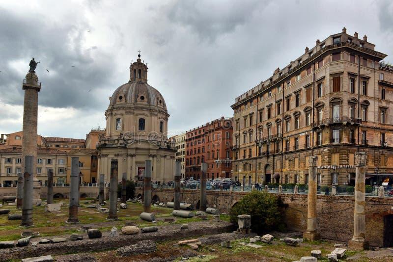 È una delle attrazioni turistiche superiori di Roma Rovine della citt? antica di Roma di estate Vista scenica fotografia stock