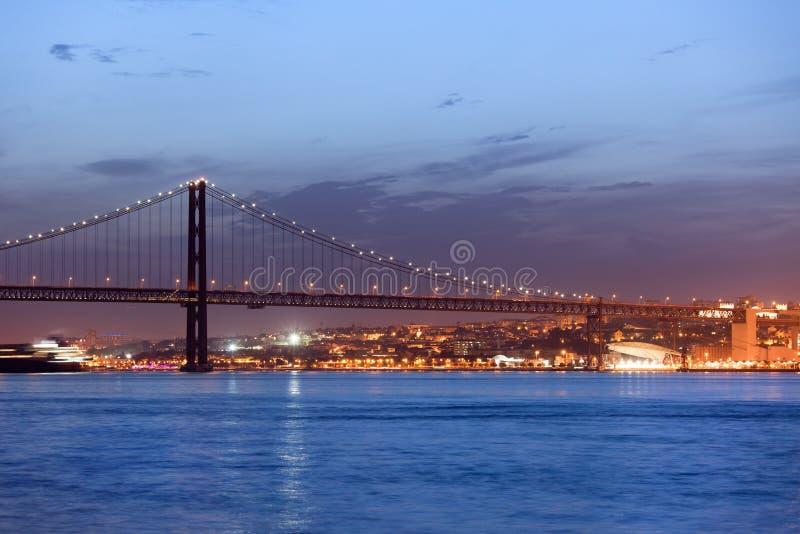 25ème d'April Bridge la nuit à Lisbonne image stock