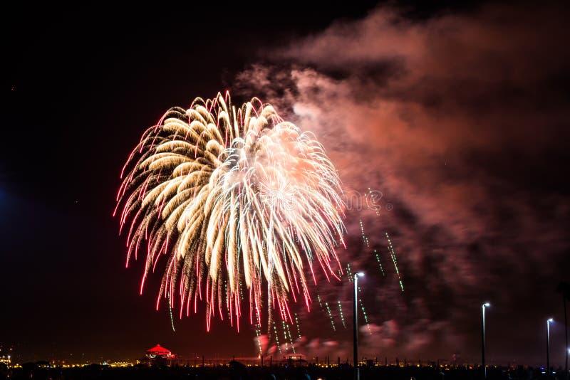 4ème des feux d'artifice de juillet au-dessus du pilier de Huntington Beach photographie stock
