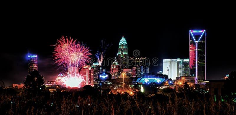 4ème du skyshow Charlotte OR de feux d'artifice de juillet images libres de droits