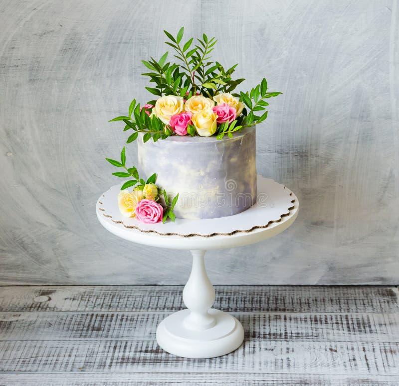 30ème gâteau d'anniversaire avec des roses sur le support de gâteau photographie stock