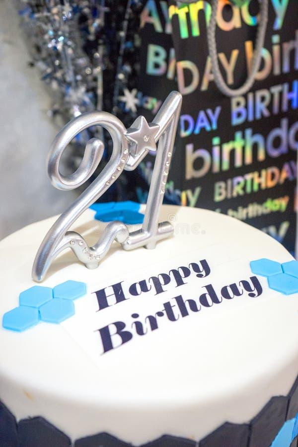 21ème partie heureuse de gâteau d'anniversaire images stock