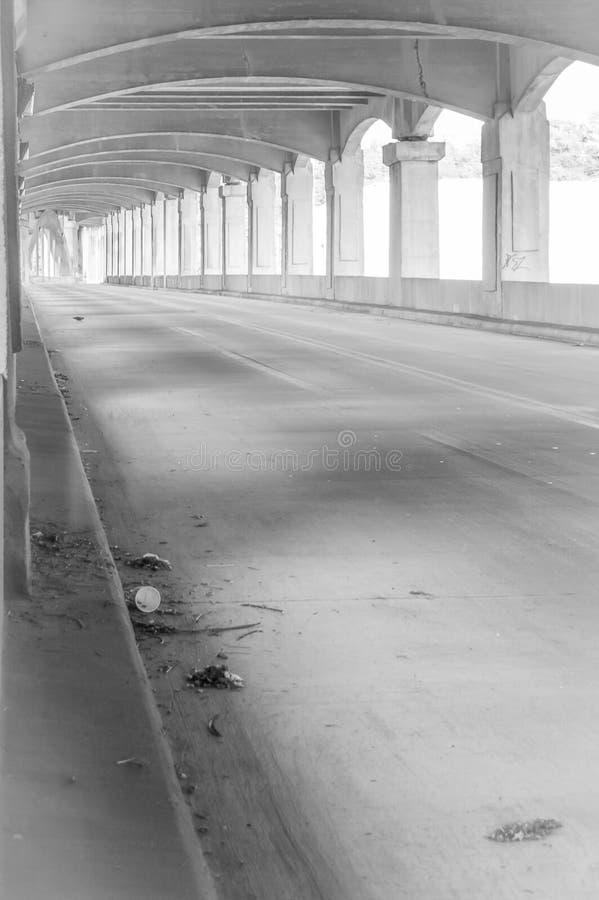 12ème pont en rue dans le noir image stock