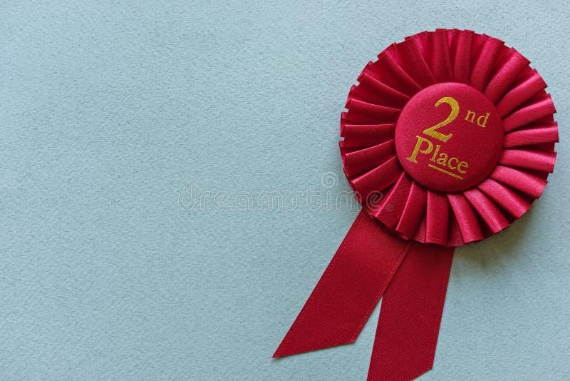 2ème rosette de gagnants d'endroit de rouge sur bleu-clair photos libres de droits
