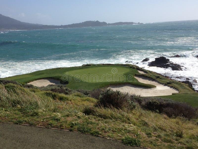 7ème soute d'herbe de l'eau de golf de trou de Pebble Beach photo stock