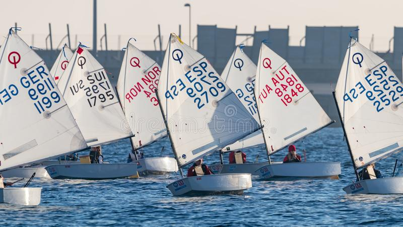 29ème TROPHÉE INTERNATIONAL 2018, 13ème TASSE d'OPTIMISTE de PALAMOS de NATIONS, le 15 février 2018, ville Palamos, Espagne photo libre de droits