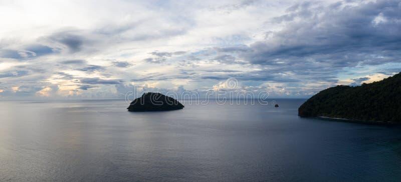 遥远的海岛鸟瞰图在巴布亚新几内亚 免版税库存照片
