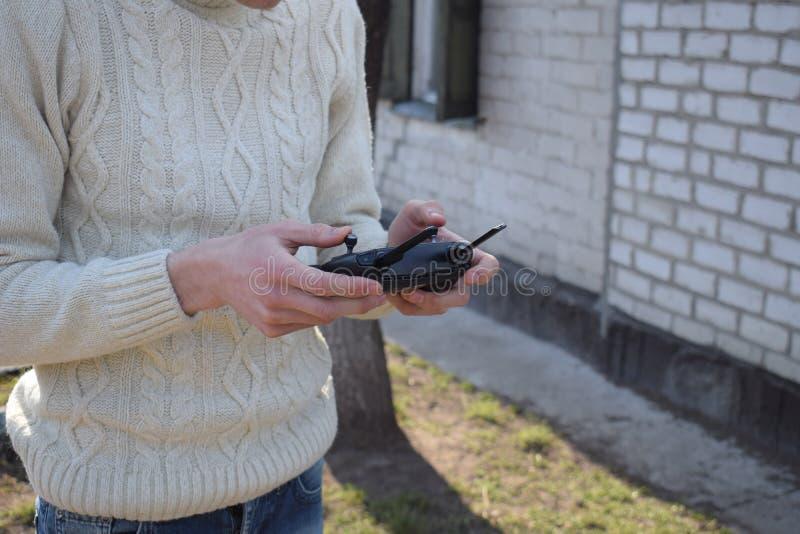 遥远的控制器在男性手上 人藏品发射机和驾驶一些车 寄生虫、rc汽车或者直升机赛跑 休闲, 免版税库存照片