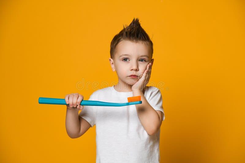 遭受牙痛-牙齿问题的小男孩 库存图片