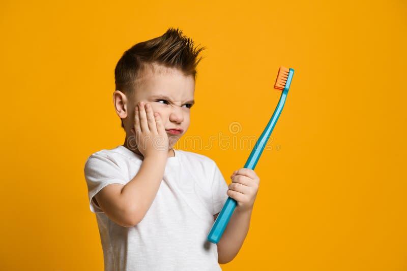 遭受牙痛-牙齿问题的小男孩 免版税库存图片