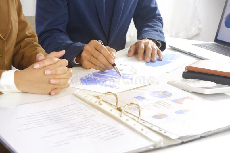 遇见设计想法,职业投资者的买卖人工作在起动新的项目的办公室 图库摄影