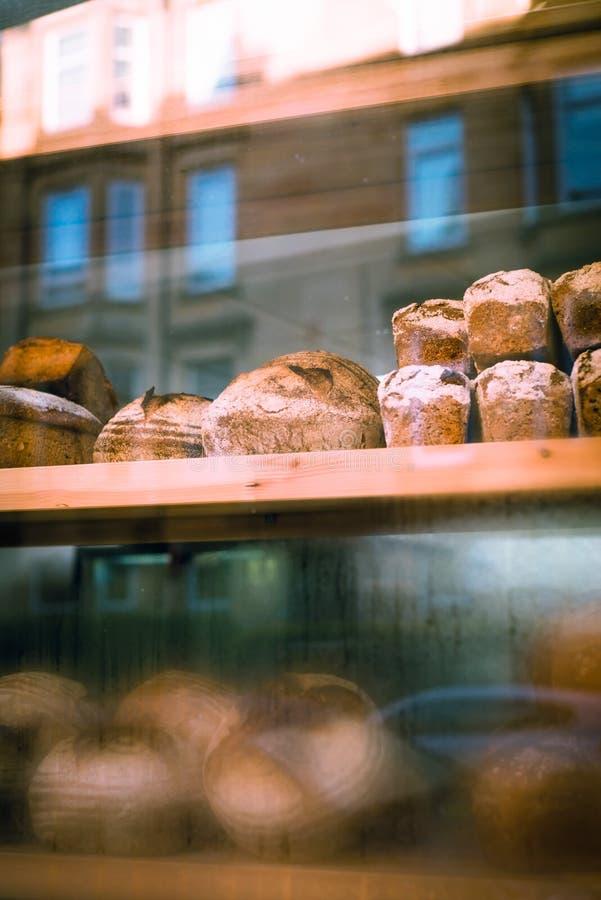 面包在面包店的窗口里 免版税库存图片