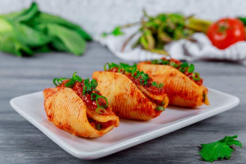面团壳充塞用剁碎的牛肉肉用草本和西红柿酱 库存照片
