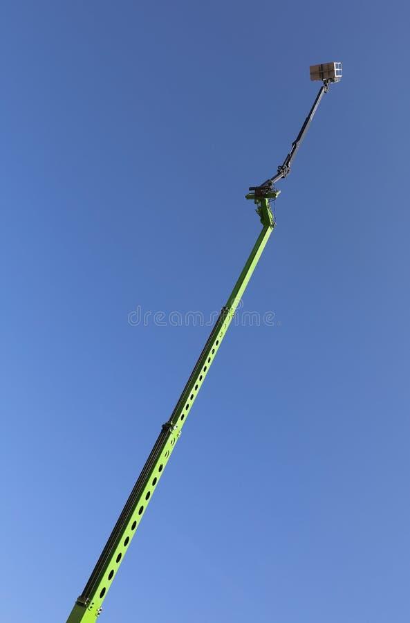 非常有长的机械臂的高空中平台对perfor 库存照片