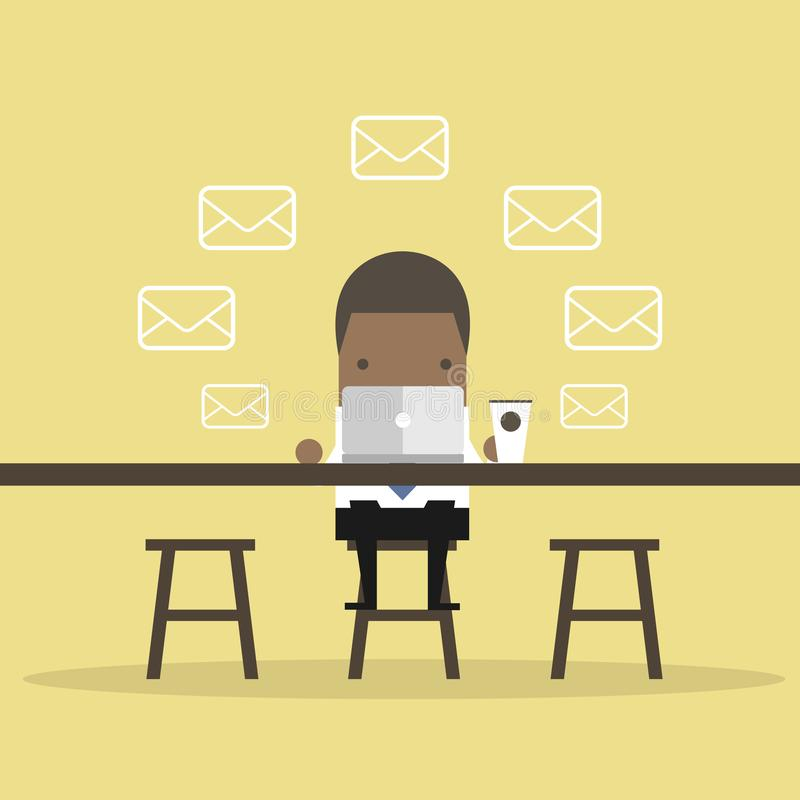 非洲商人在咖啡馆检查电子邮件 皇族释放例证