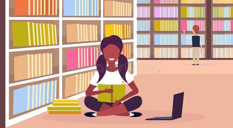 非裔美国人的在书架现代图书馆内部教育知识附近的女生坐的莲花姿势看书 皇族释放例证