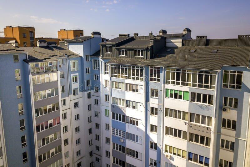顶楼附录与塑料窗口、用棕色金属装饰支持的板条盖的屋顶和墙壁的室外部鸟瞰图, 免版税库存照片