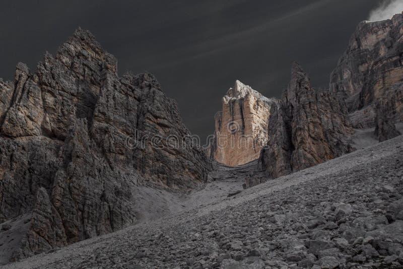 颜色道路的隔离作用往Fontananegra通行证的在一个美妙的岩石情景 库存图片