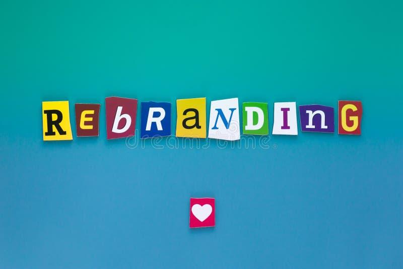 题字Rebranding Rebranding的词文字文本陈列概念做了事务的另外杂志报纸信件 库存图片