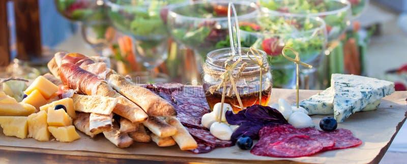 食物用餐自助餐的承办酒席吃分享概念的党 人们编组承办的自助餐食物室内在豪华餐馆用肉 图库摄影