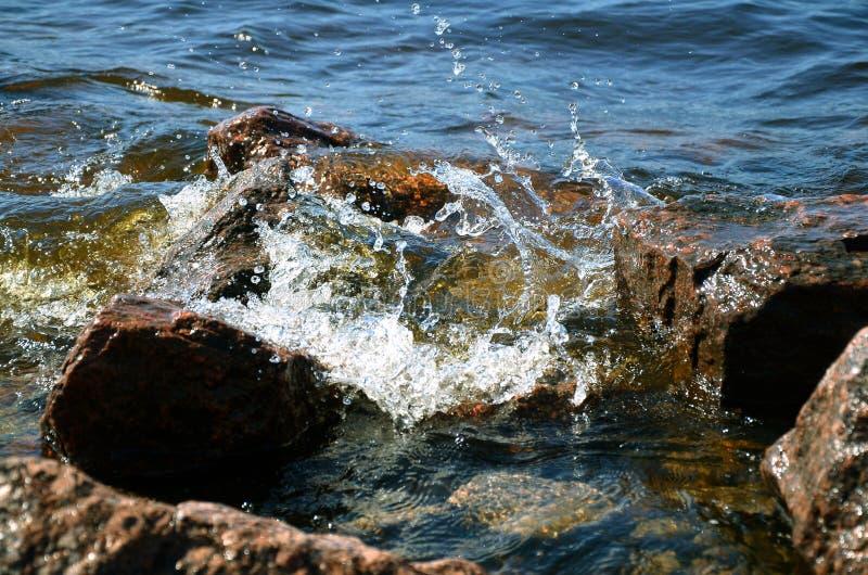 飞溅关于沿海花岗岩岩石的海海浪和波浪 图库摄影