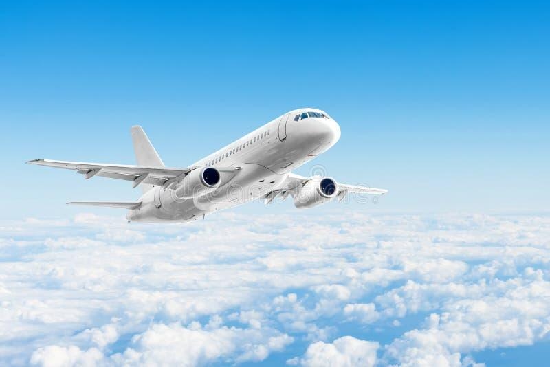 飞机在天云彩,旅行旅行假期上飞行 库存图片