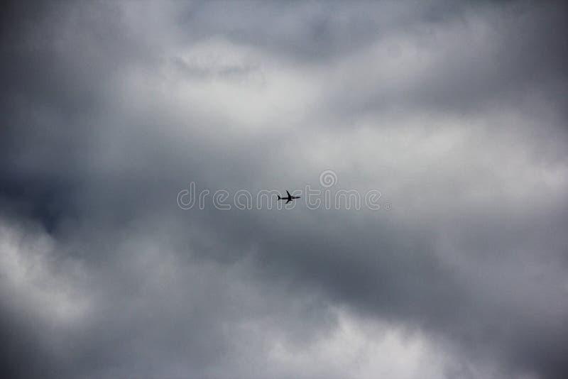 飞机在阴天 免版税库存照片